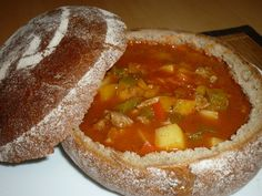 Gulaschsuppe im Brot
