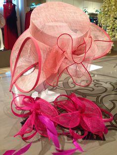 Come accessorio meglio un cappello, un'acconciatura con piume e strass o un fiore fresco?
