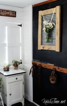 Make your own industrial farmhouse frame with corrugated sheet metal and pallet wood - KnickofTime.net