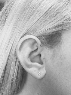 Piercing anti-helix http://c-bo.fr/piercing-oreille Piercing anti-hélix et tragus. Micro bijou en or. Le prochain ? un anneau au daith ! #oreille #piercing #tragus
