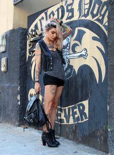 Mistureba Chic - look rocker com coletinho. É um look bem forte e marcante com o preto e sobrepossição. #lookpunk #preto