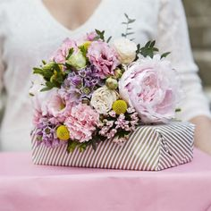 """Vacker och elegant bukett med blandade blommor och härlig sommarkänsla! Uppvakta mamma på mors dag med någon av LEVA&BO:s fina buketter – just nu till specialpris. Buketten """"Mors favorit"""" är handbunden och levereras av en lokal florist. Vasen ingår inte men kan köpas till."""