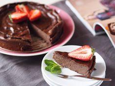 Kakaový dort bez mouky, cukru a přidaného tuku 250g mascarpone 250g tučného tvarohu 1 zakysaná smetana 200g 1 vanilkový pudink (prášek) 5 lžic rýžového sirupu 3 vejce 1 rozmačkaný banán 4 lžíce kakaa Všechny ingredience vyšleháme v těsto, vložíme do...