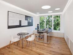 Besprechungsbereich, Lifttisch, ergonomischer Bürostuhl, Stahl, Magnetwand, Akustikdecke, Beleuchtung, Fenster, Holzboden