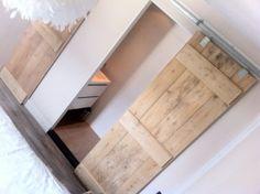 http://cdn2.welke.nl/photo/scale-300xauto-wit/Onze-slaapkamer-met-Steigerhouten-schuifdeuren-naar-de-badkamer-en.1370116957-van-svenvanwolfs...