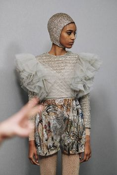 See all the Backstage photos from Dior Spring/Summer 2019 Couture now on British Vogue Vogue Fashion, 90s Fashion, Daily Fashion, Runway Fashion, High Fashion, Luxury Fashion, Style Fashion, Couture Details, Fashion Details