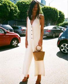 A bolsa de palha fez sucesso no verão europeu em looks urbanos e promete ser tendência para o nosso verão 2017.