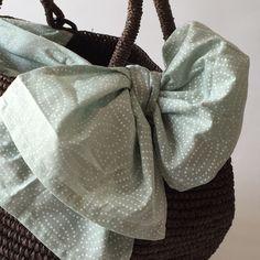 Sans Arcidet(サンアルシデ)の代表作のひとつ「TOURE BAG」♪ リボンが特徴的なバッグです。 このリボンやバッグの内布に使われている生地が、サンアルシデの魅力のひとつ。 毎年デザインが変わるのが楽しみ 今シーズンは淡いペパーミントに白抜きドットでお花のようなモチーフ柄 爽やかな印象に仕上がっています。 #sansarcidet #サンアルシデ #かごバッグ #tourebag #tasutasu