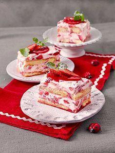 Erdbeertiramisu – mit Mascarpone, Löffelbiskuit und frischen Erdbeeren Strawberry tiramisu – with mascarpone, spoon biscuit and fresh strawberries Trifle Desserts, Easy Desserts, Delicious Desserts, Yummy Food, Strawberry Tiramisu, Strawberry Recipes, Sweet Recipes, Cake Recipes, Dessert Recipes