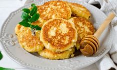 Cottage Cheese Pancakes - (Says serve with sugar free maple syrup. That's ridiculous! Sugar free maple syrup isn't healthier for you. Use real maple and just less of it. Or microwave some frozen fruit which will make its own 'sauce'. Banana Protein Smoothie, Protein Smoothie Recipes, Protein Pancakes, Plum Recipes, Low Carb Recipes, Greek Recipes, Holiday Recipes, Flourless Oatmeal Cookies, Calories In Blueberries