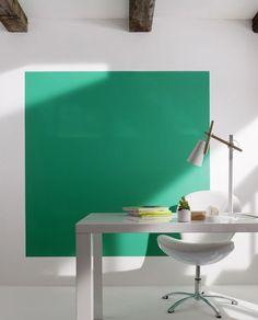 Un mur avec une peinture vert émeraude