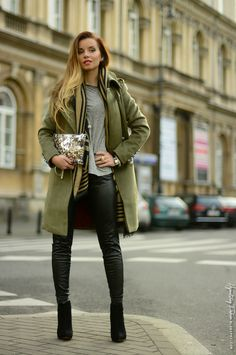 Hypnotizing Fashion - BLOG MODOWY | Stylizacje street style: Militarny szyk - propozycja na sylwestra w plenerze http://www.bi-bag.it/it/ #clutch #gold #paillette #sparkly #bag #bags #jewelry shop on http://www.bi-bag.it/it/