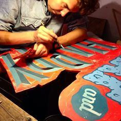 """Me reworking on a sign says """"Fat and Happy"""" #bevel #ottobaum #makeyourownsign #berlin #happy #brushlettering #handlettering #berlingraphicdays @urban_spree #rylsee"""