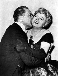 "Presenter Edmond O'Brien and Best Supporting Actress Shelley Winters (""The Diary of Anne Frank"")."
