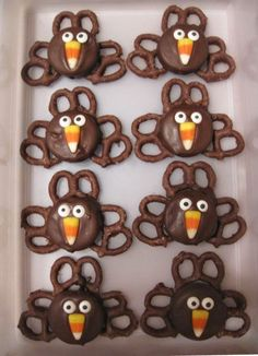 """I am so in the fall spirit and thinking Thanksgiving thoughts! Check out these cute """"turkey treats""""! Turkey Treats-- Dip Oreos in melted. Holiday Desserts, Holiday Baking, Holiday Treats, Holiday Fun, Desserts Diy, Holiday Parties, Winter Parties, Holiday Dinner, Holiday Foods"""