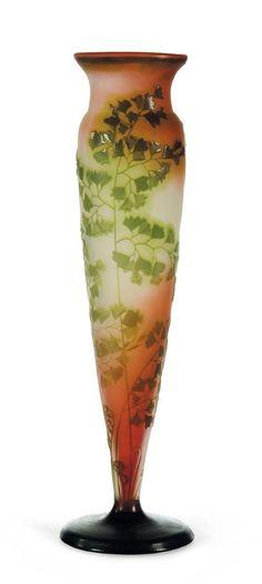 EMILE GALLÉ (1846-1904) Vase En verre. Décor de feuillages. Signé. H:41 cm