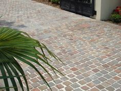 Cobblestone driveway for some courtly charm - Eco Outdoor - Eco Outdoor Porphyry cobblestone and random length driveway paving.