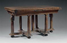 Belle table « à l'italienne », en noyer. Vers 1600 - 1620  Elle présente un piétement balustre à bague, souligné de chapiteaux à rosaces, et réuni par une entretoise en croix de Lorraine. (certaines boules rapportées) H : 78 - L : 136 et 256 (ouverte) - P : 78 cm. Estimation : 9 000 - 11 000 €