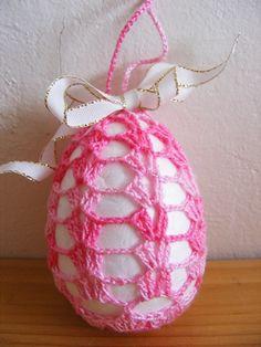 Můj postup:  v první řadě sebereme pro tento projekt odvahu. Opětovně jí ztratíme, abychom jí nad fotkami úspěšnějších tvořilek těžce n... Crochet Blanket Patterns, Crochet Shawl, Holiday Crafts, Holiday Decor, Easter Crochet, Needlework, Free Pattern, Christmas Bulbs, Textiles