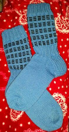 Pakkoneuloosia lankojen, kissojen, pikku prinssin keskellä: Jyju-15 työ 2: Pitkävartiset ruutusukat Knitting Socks, Knitting Projects, Mittens, Knitwear, Fashion, Tejidos, Kids, Knit Socks, Fingerless Mitts