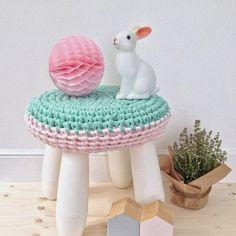 El taburete para niños MAMMUT decorado con crochet