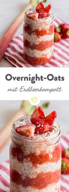 Die energiegeladene Mischung aus Haferflocken und Chia-Samen hält dich lange satt, die Kombi aus Rhabarber und Erdbeer sorgt für Sommergefühle.