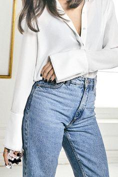 Weißes Hemd sieht mit einer hellblauen Jeans super aus.