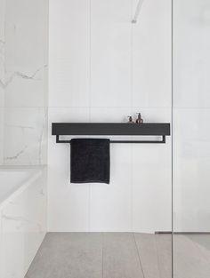 Metal Bathroom Shelf, Towel Hangers For Bathroom, Shower Shelves, Industrial Bathroom, Small Bathroom, Home Room Design, Bathroom Interior Design, Regal Industrial, Minimalist Bathroom Design