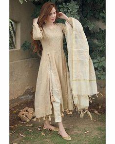 Stylish Dresses For Girls, Stylish Dress Designs, Designs For Dresses, Casual Dresses, Dress Outfits, Designer Party Wear Dresses, Kurti Designs Party Wear, Indian Designer Outfits, Simple Pakistani Dresses