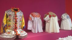 esta es una vestimenta de mexico, mirando os detalles son con mucho color y sus bordados.