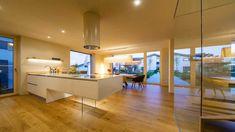 Ziegelmassivhaus Ambiente von RHZ in Eugendorf Kitchen, Table, Projects, Room, Furniture, Home Decor, Environment, Trendy Tree, Roof Styles