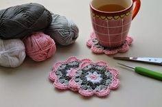 Omdat er op mijn facebookpagina veel vragen kwamen over de onderzetters, die te zien warenin de letterbak, heb ik besloten een werkbes... Crochet Squares, Crochet Necklace, Floral, Crochet Blocks, Flowers, Granny Squares, Flower, Knit Stitches, Crochet Stitch
