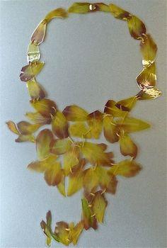 """veronica guiduzzi, collana """"tulipani"""", petali di tulipano  plastificati e cuciti con cotone, bottone a pressione 2011"""
