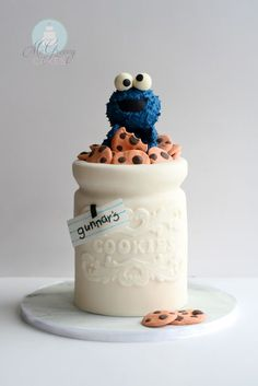 Cookie monster cake with instructions! Details on how to make a cookie jar cake and edible Cookie Monster topper! Crazy Cakes, Fancy Cakes, Cute Cakes, Yummy Cakes, Fondant Cakes, Cupcake Cakes, Kid Cakes, White Fondant Cake, Fondant Cake Designs