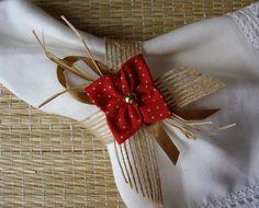 Porta guardanapo confeccionado em fita de juta aramada rústica, decorado com 1 flor de fuxico feita em tricoline com padronagem natalina, sisal , fita de cetim e conta dourada. Para maior quantidade, consultar prazo de confecção e envio. O guardanapo não acompanha o produto.