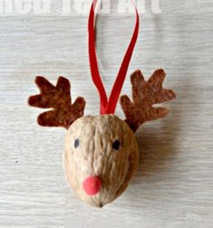 Walnut reindeer christmas ornament // Rudolf a rénszarvas - karácsonyfadísz dióból // Mindy - craft tutorial collection // #crafts #DIY #craftTutorial #tutorial #NatureCrafts