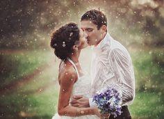 Ți-ai planificat nunta de foarte mult timp, dar vara are o vreme schimbatoare. Chiar dacă plouă, nu uita că acest lucru nu poate să-ți strice cea mai frumoasă zi din viața ta! Ploaia în ziua nunții reprezintă noroc, conform tradiției hinduse.