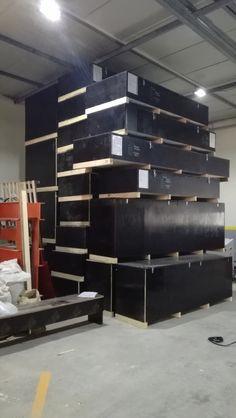 Plywood katmanlı ağaç tabakalarından oluşan bir ahşap paneldir. Hafif olmasına karşın çok dayanıklıdır. Ahşap ambalaj sektöründe yakın zamanda fazlası ile rağbet gören plywood dayanıklılığı ile dikkat çekmektedir.