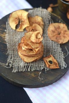 Es knuspert Bratapfel Chips | Das Knusperstübchen Food Photo, Sweet Recipes, Sweets, Candy, Cookies, Desserts, Christmas Recipes, Dips, Blog