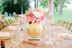 centro de mesa en dorado y flores rosas y colores sweet. Center piece, gold, pink flowers