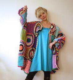 LISTOS PARA ENVÍO!  Este cardigan de lana brillante y colorido es una opción cómoda para todas las estaciones.  La chaqueta ajusta a tamaños M-XXXXL. Es 95cm (37,4 pulg.) de largo y mide 220cm (86,6 adentro) alrededor de las caderas cuando se colocan acostadas.