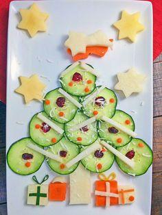 Divertida y saludable ensalada para los niños para esta Navidad. Puedes utilizar ingredientes que tengas a la mano para simular las esferas y regalos. Incluso tu hijo puede ayudar a prepararla y echar a andar su creatividad.