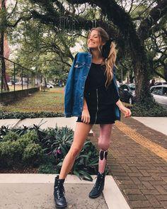 Saia com zíper na frente: 30 looks com a tendência para te inspirar Amputee Lady, How To Feel Beautiful, Beautiful Women, Gabriela Sales, Under Armour, Prosthetic Leg, Bionic Woman, Lany, Poses