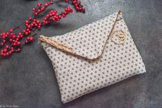 - DIY - Pochette en tissu (ultra facile) - Au Fil du Thym Pochette Diy, Coin Couture, Creation Couture, Diy And Crafts, Coin Purse, Reusable Tote Bags, Deco, Sewing, Crochet