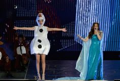 Pin for Later: Seht alle Halloween-Kostüme der Stars Taylor Swift alss Olaf und Idina Menzel als Elsa