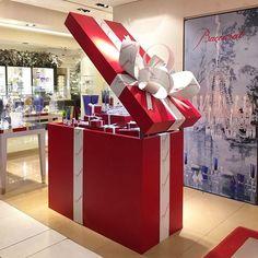 WEBSTA @ tsum_moscow - #ЦУМ_ПОДАРКИ Большая красная подарочная коробка Baccarat. В корнере бренда на 1 этаже ЦУМа вы сможете выбрать отличные подарки. #TSUM #ЦУМ #BACCARAT #подарки #новыйгод #хрусталь