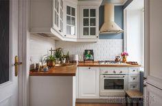 Интересно же увидеть, как обставляют собственное жилище профессионалы, каким цветам они отдают предпочтение, какую планировку выбирают. Ведь они ежедневно работают над чужими проектами, поэтому оформл...