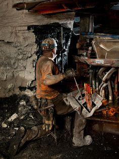 Coal Mining - roof bolting Gebrauchte Baumaschinen im Einsatz . Bohrgerät im Untertagebau #Atlascopco #gebrauchtebaumaschinen #heavyequipment