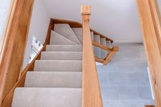 A combination of oak and whitewood are used in this quarter landing staircase.