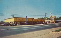 The first Holiday Inn, founded by Arkansan Charles Kemmons Wilson, located at 4941 Summer Ave. Courtesy of the Cabot High School Museum O Hotel, Hotel Motel, Bluff City, Barcelona Restaurants, Paramount Theater, County Seat, Memphis Tennessee, Places, Lugares